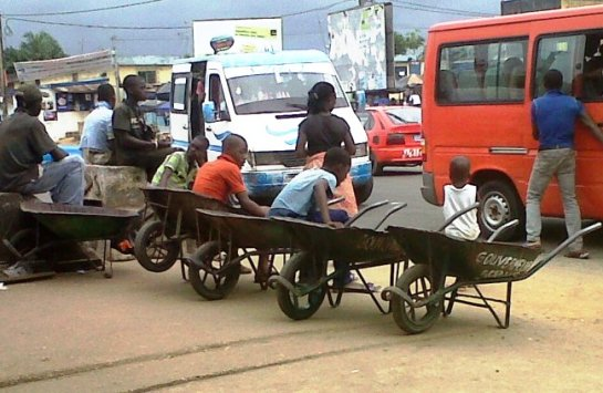 Les petits porte-faix d'Abidjan