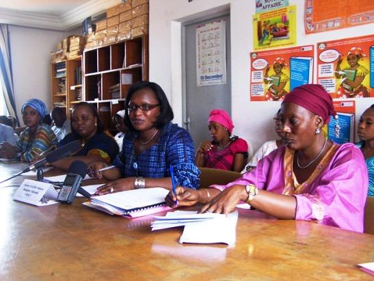 La Présidente de l'OFACI et ses collaboratrices lors de la conférence de presse