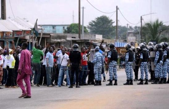 Les bombonnes de gaz lacrymogène, les boucliers et les matraques ont eu raison de l'ardeur des militants