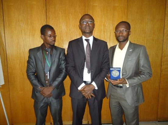 Les membres de l'APDH posant fièrement avec leur prix