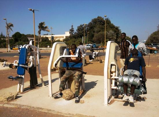 Des jeunes dakarois à la musculation (crédit photo @kingsuy)