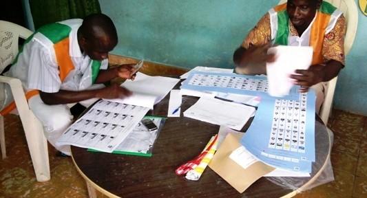 Agents de la CEI oisifs un bureau de vote (@kingsuy)