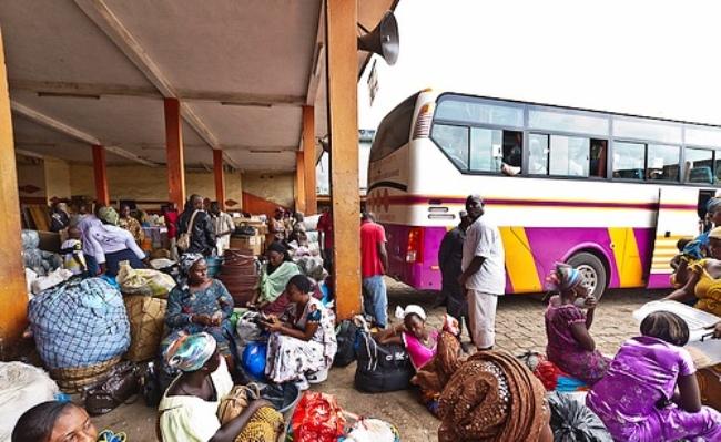 Un car à la gare d'Adjamé en attendant le départ
