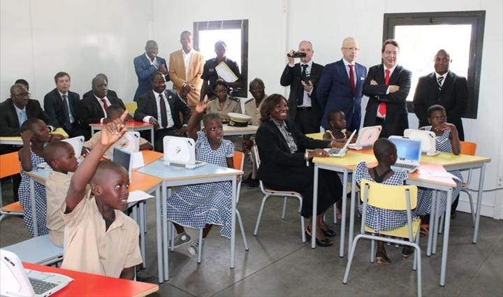 Les ministres ivoiriens partageant la joie des élèves