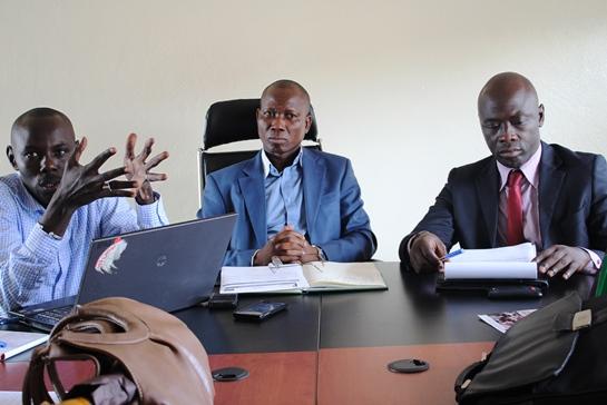 Les responsables de l'Assemblée Nationale, de l'Institut PANOS et de l'URPCI à la table de séance