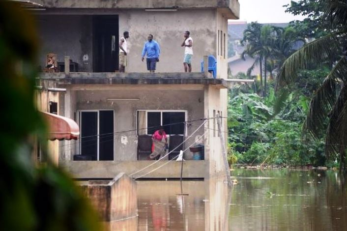 Des habitants qui ont trouvé refuge sur la dalle d'un immeuble