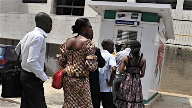 Les margouillats guettent en silence les fonctionnaires en difficulté
